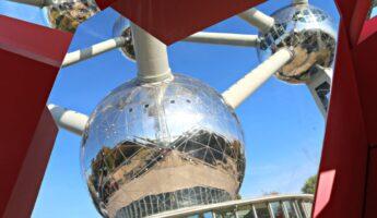 atomium de bruxelles avec ciel bleu