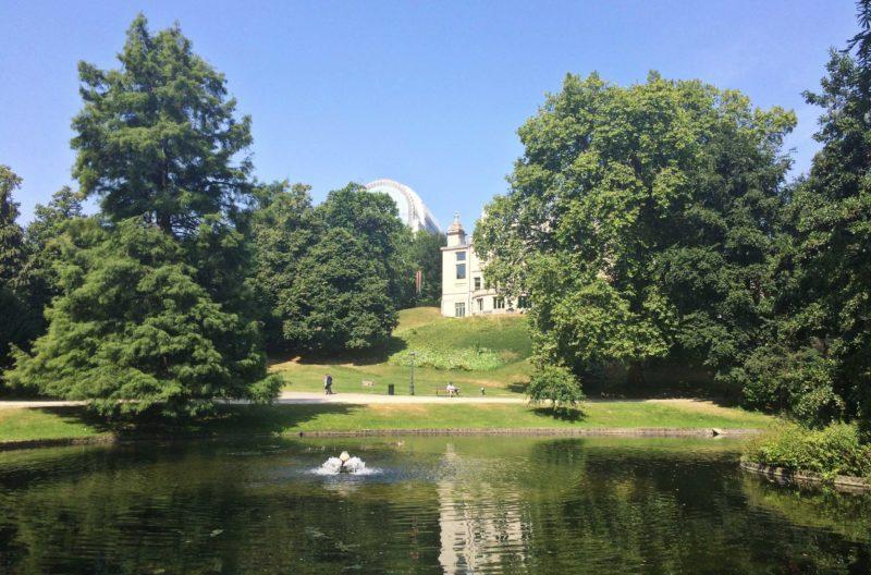 Parcs de Bruxelles : parc Léopold avec ciel bleu