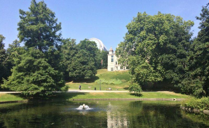 parc leopold avec ciel bleu
